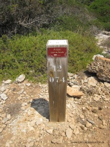 0704 marking pole at Cami de Cavalls